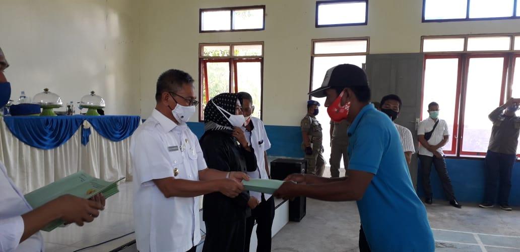Bupati Koltim Serahkan Ribuan Sertifikat di Tiga Kecamatan